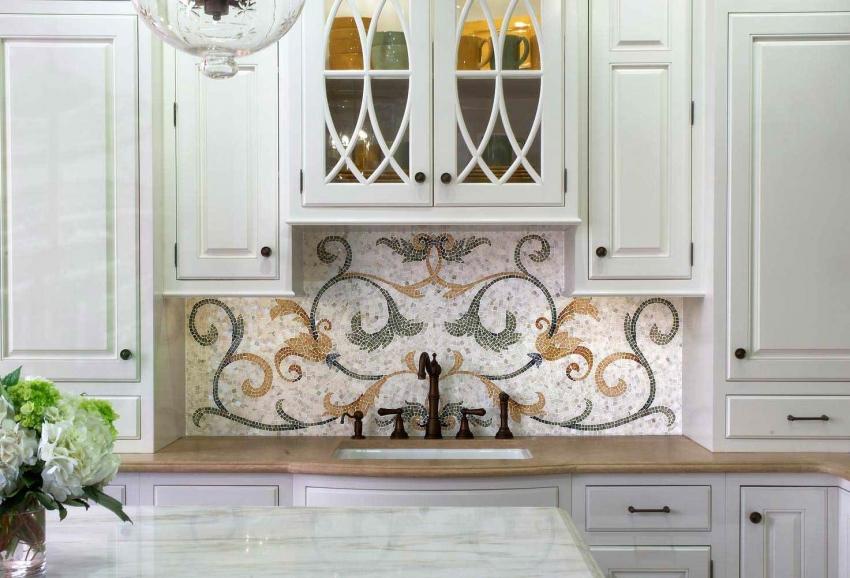 Мозаика ручной работы - дорогая и кропотливая работа, которая способна внести экстравагантность и эксклюзивность в интерьер классической кухни