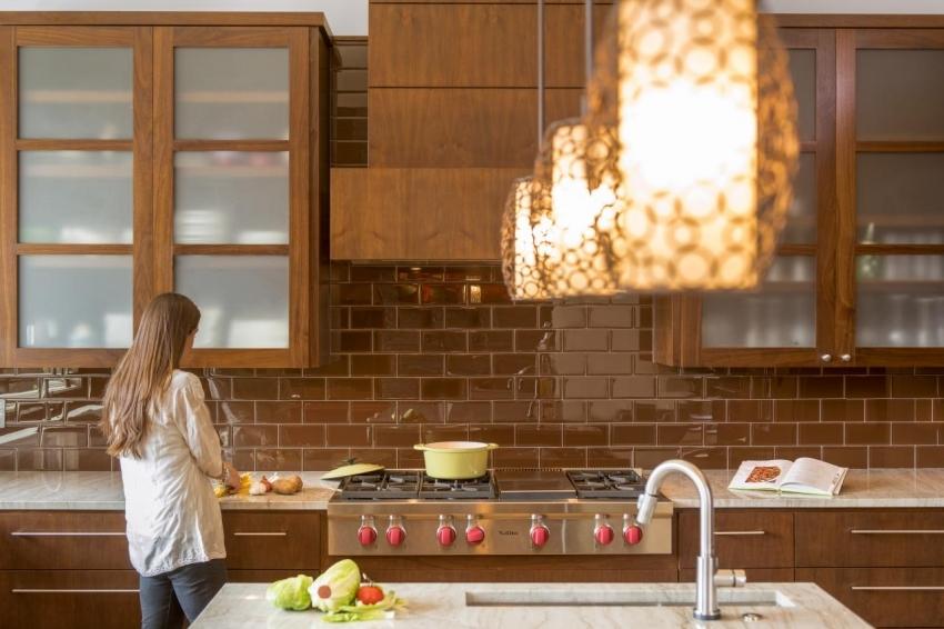 Плитка кабанчик является одним из самых популярных материалов для отделки фартука