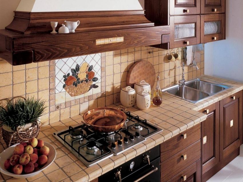 Декоративное панно из керамической плитки часто используется для оформления кухни в стиле кантри