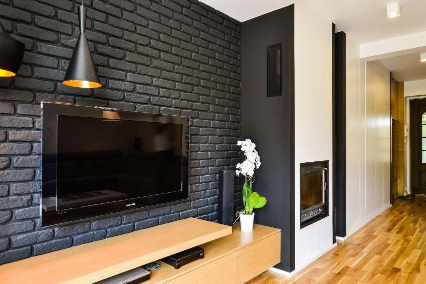 Доступность и относительная легкость в обращении позволяют без особых проблем декорировать стены гипсовой плиткой