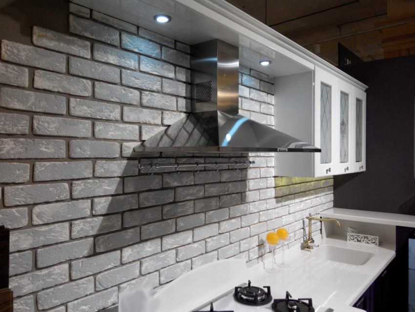 С помощью гипсовой плитки можно оформить кухонный фартук