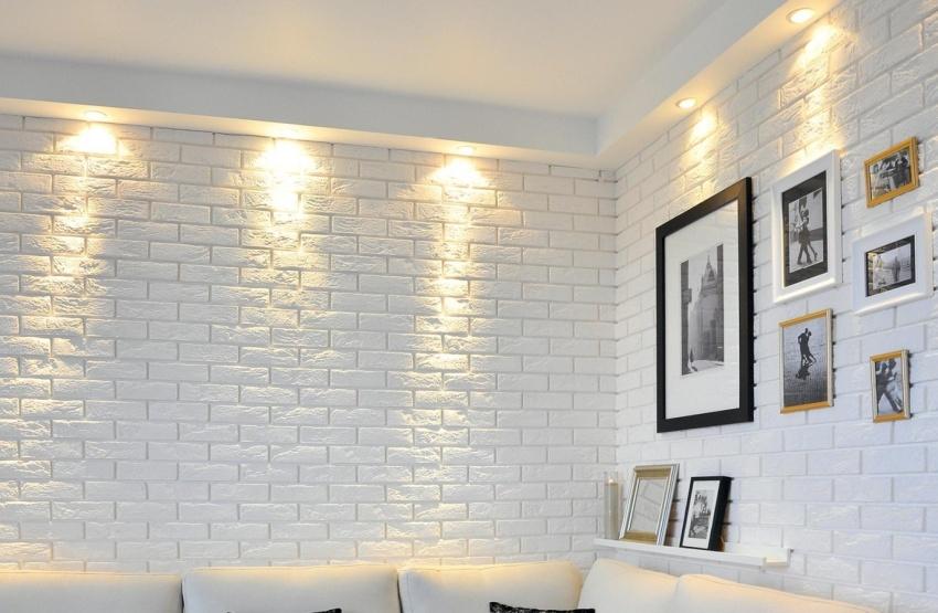 Стены гостиной облицованы плиткой из гипса