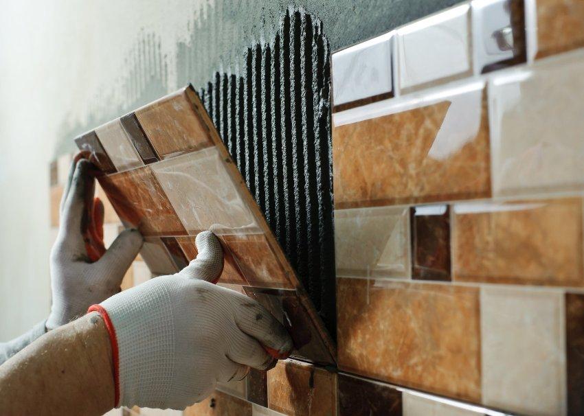 Укладка большой плитки на стену своими руками 53