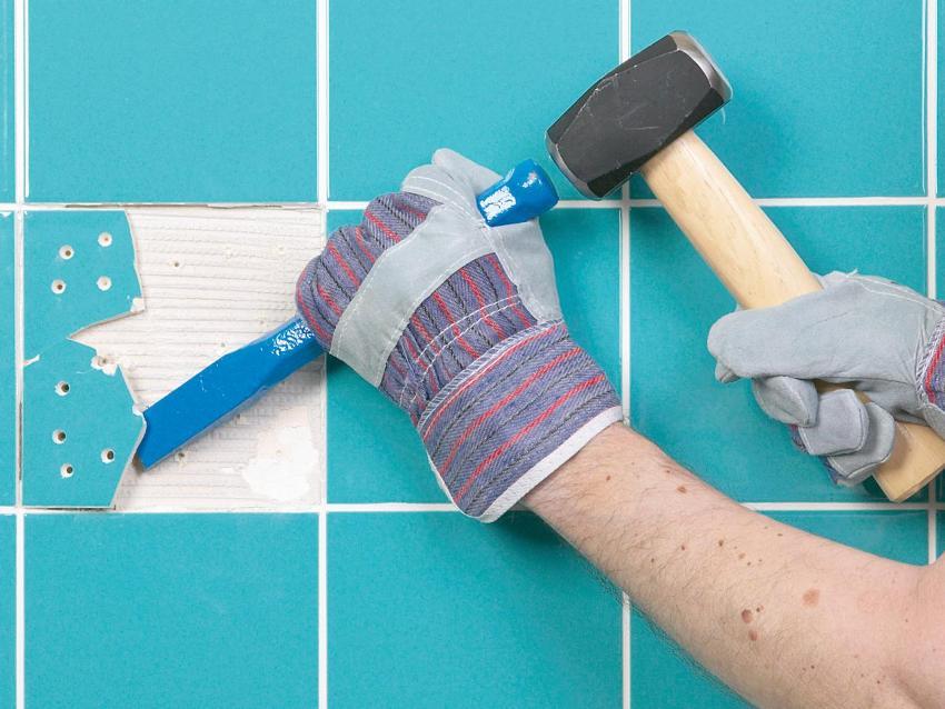 Техника демонтажа с помощью отбойника заключается в том, чтобы попадать не в плитку, а под неё, на 2-3 сантиметра от края