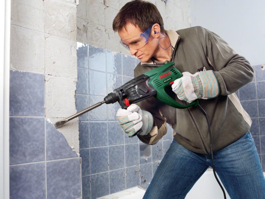 Удаление плитки обязательно должно начинаться с демонтажа верхнего ряда