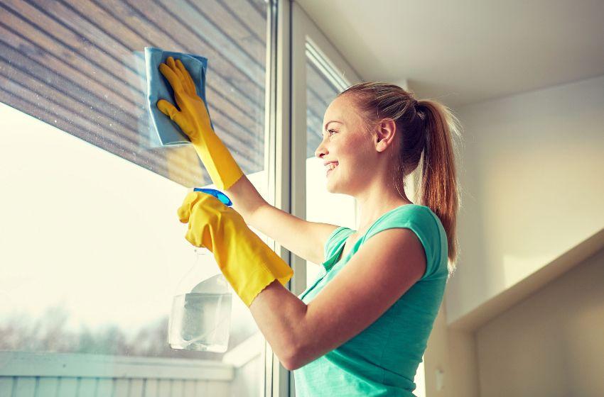 Важно очистить все стыки и соединения в торцевой части створок, а также со стороны контакта с рамой окна
