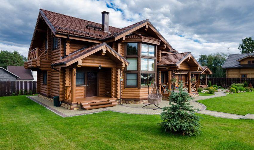 Дома из бруса по праву считаются одними из наиболее популярных: быстро возводятся, разнообразны по стилю, комфортны и долговечны