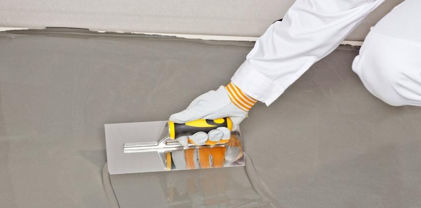 Нанесение выравнивающего слоя на бетонную поверхность