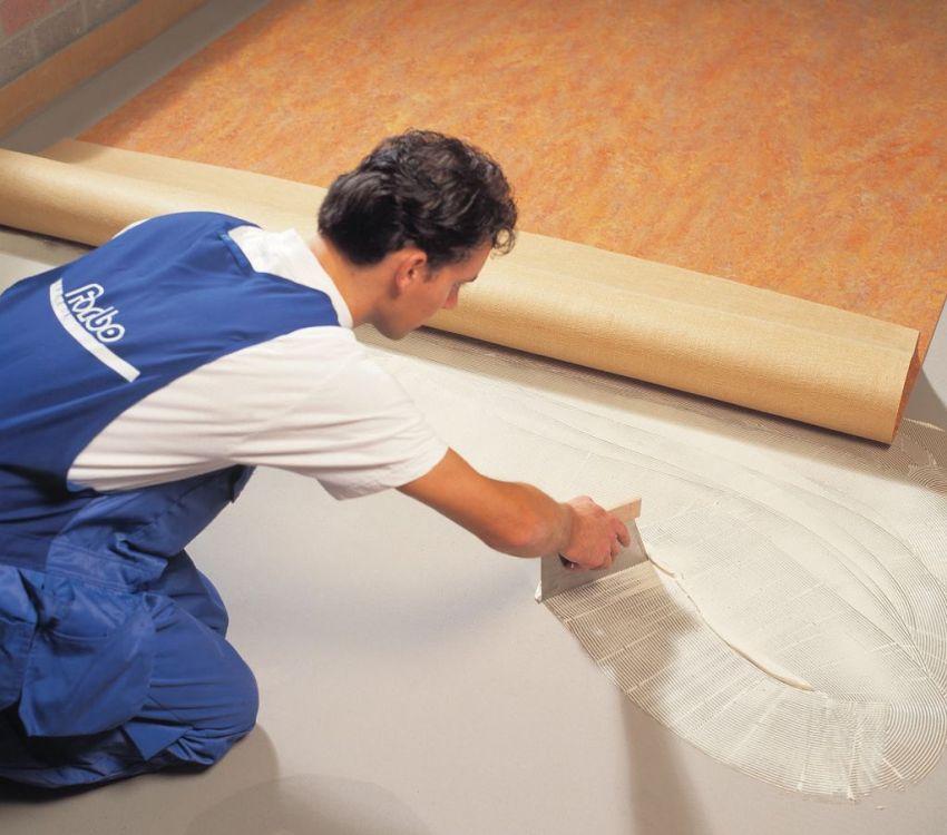 Использование клея при укладке линолеума позволяет создать прочное напольное покрытие и аккуратные едва заметные швы на стыках полотен