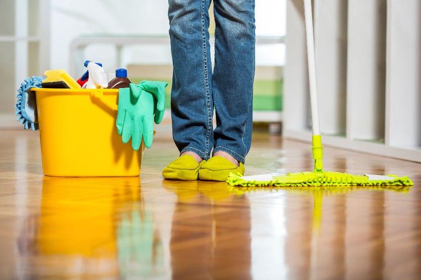 Для ухода за линолеумом стоит выбирать не агрессивные моющие средства