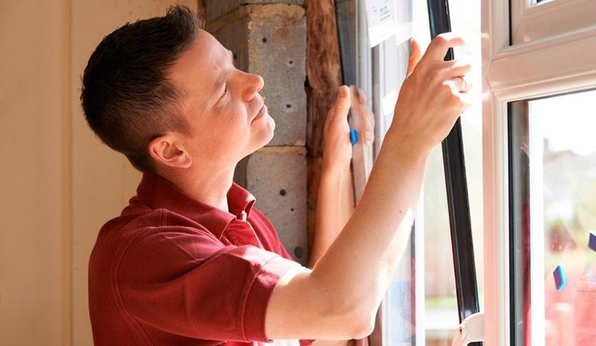 Иногда, для утепления старых пластиковых окон необходимо нанести дополнительный слой силиконового герметика под стеклопакеты