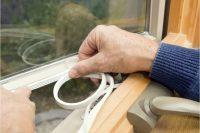 Пластиковые окна можно утеплить с помощью поклейки дополнительного слоя уплотнителя
