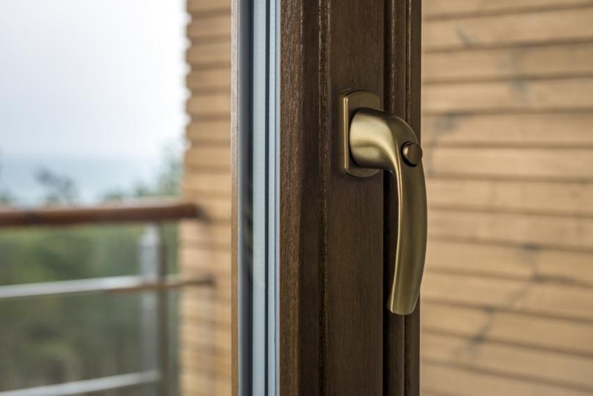 Для утепления деревянных окон со стеклопакетами лучше использовать силиконовый герметик