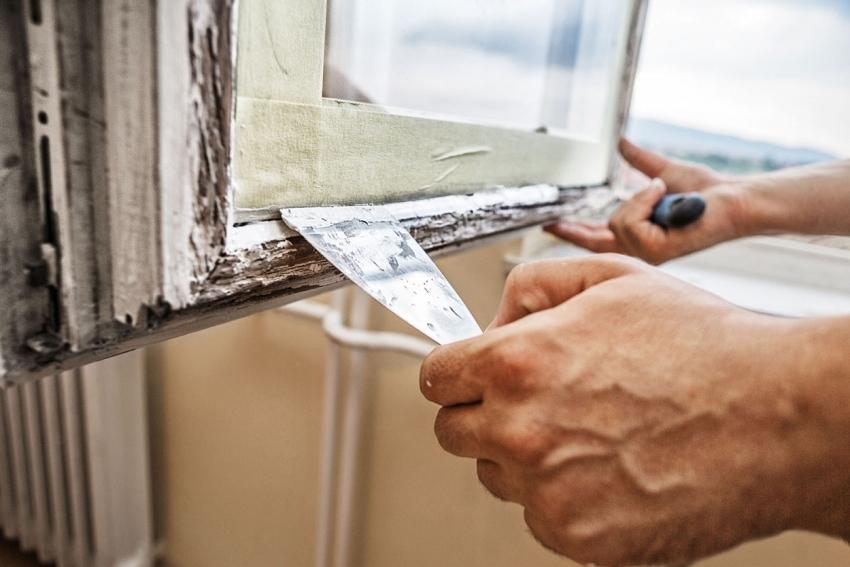 При утеплении старых окон бумагой, швы можно дополнительно заделать шпаклевкой