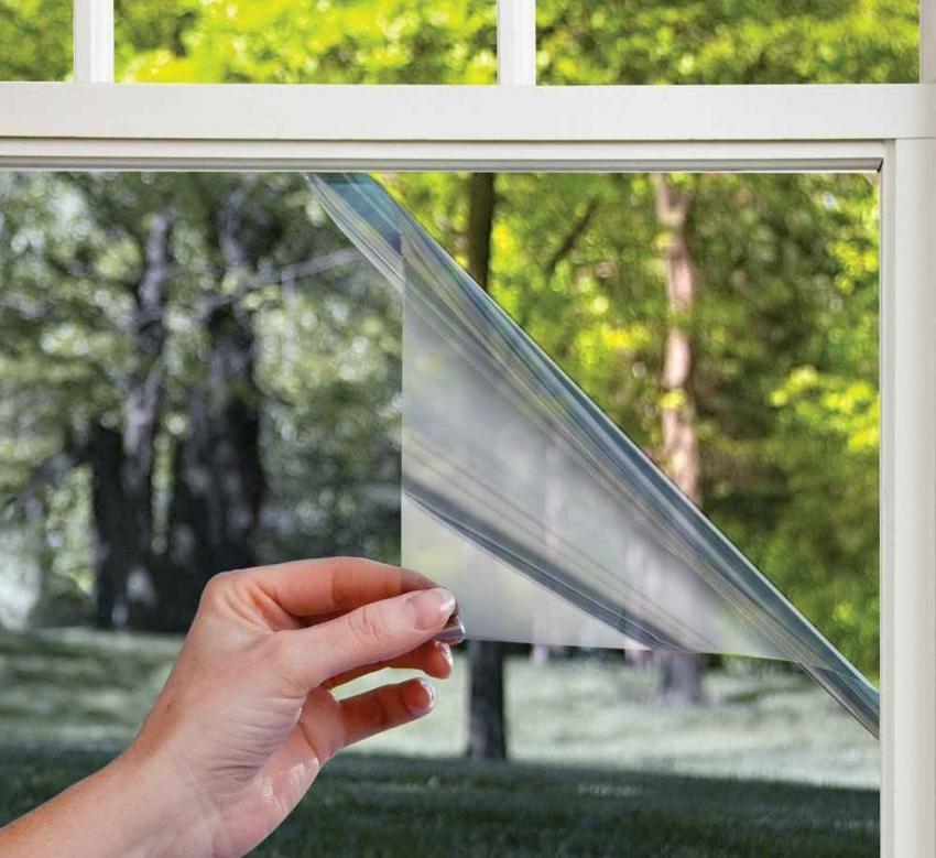 Деревянные окна можно утеплить как специальной самоклеющейся пленкой, так и обычным покрытием для теплиц и парников