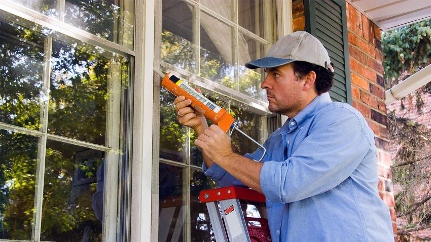 Удобнее всего для герметизации зазоров в деревянных окнах использовать специальный пистолет