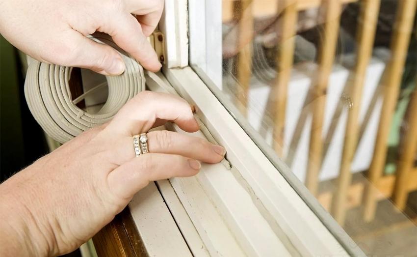 С помощью самоклеющегося поролона можно быстро заделать небольшие щели в деревянных окнах