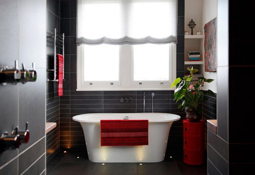 Использование черной плитки в ванной комнате требует наличия качественного освещения и ярких аксессуаров