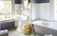 Белая плитка на полу и стенах требует тщательного ухода за швами