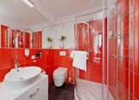 Для оформления интерьера ванной, красную плитку следует использовать с осторожностью