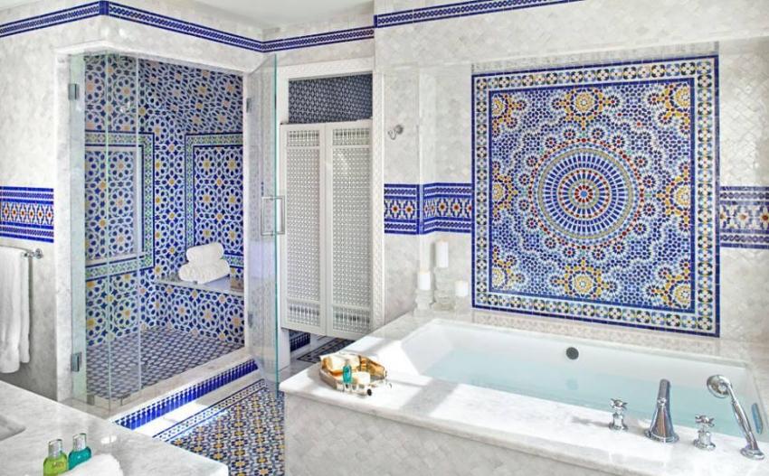 Красивый интерьер ванной с использованием синей плитки в виде мозаики