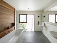 Пример использования керамической плитки под дерево для зонирования ванной комнаты