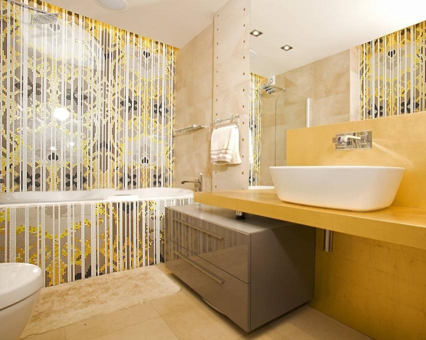 Керамическая плитка в виде мозаики продается в виде модулей, что значительно упрощает процесс монтажа