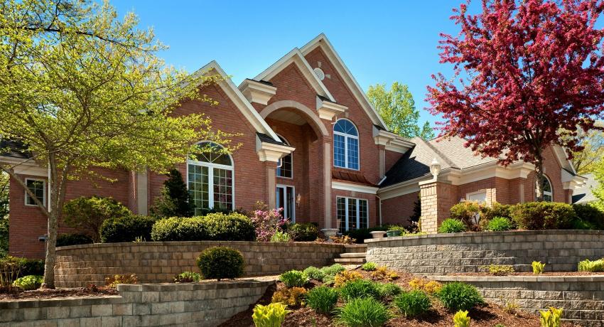 Клинкер может использоваться для облицовки фасадов здания, укладки дорожек и отливов или для внутренней отделки стен
