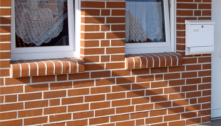 Производители предлагают покупателям клинкер разной формы и конфигурации, что позволяет использовать материал для отделки дверных и оконных проемов