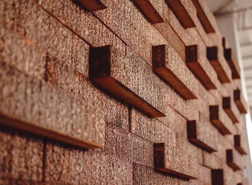 Нестандартная облицовка фасада здания клинкерным кирпичом требует профессионализма каменщика