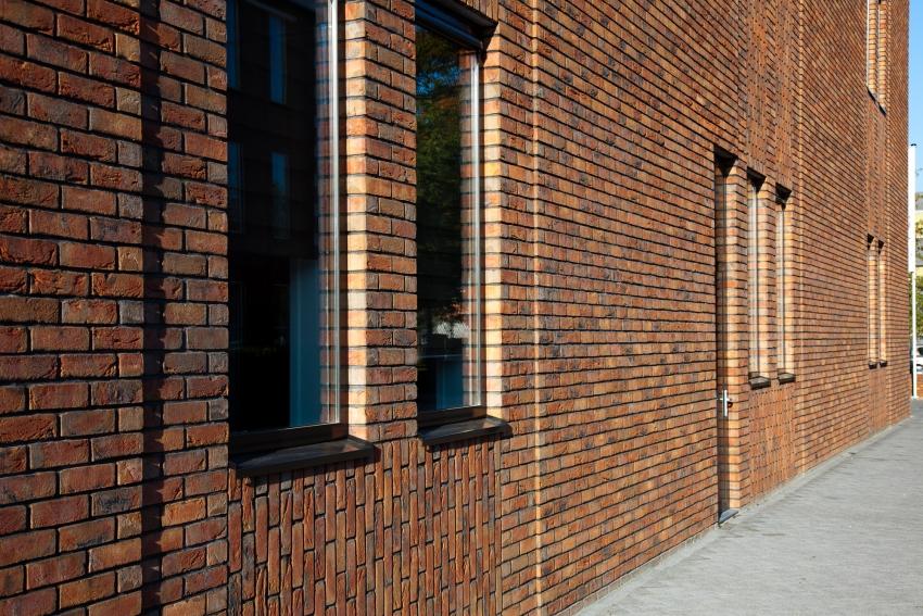 Облицовка фасада здания клинкерным кирпичом от компании Wittmunder Torfbrand Klinkerwerk, который имеет золотистый оттенок