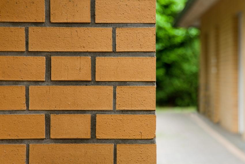 Клинкерная плитка имеет высокие прочностные характеристики, благодаря чему считается одним из лучших облицовочных материалов