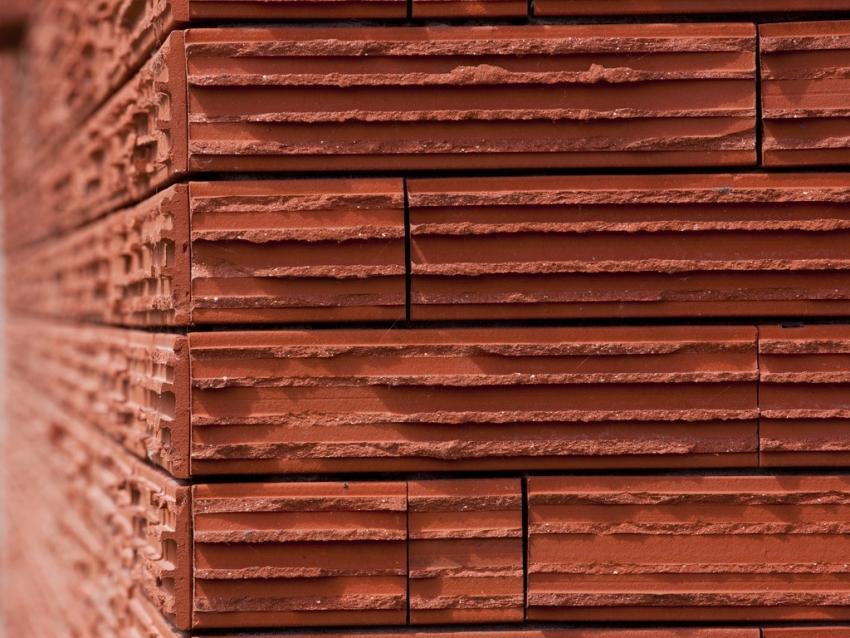 Коллекция клинкера «Baksteen 051-Cedarwood» от компании Daas Baksteen отличается оригинальной фактурой, имитирующей кору кедра