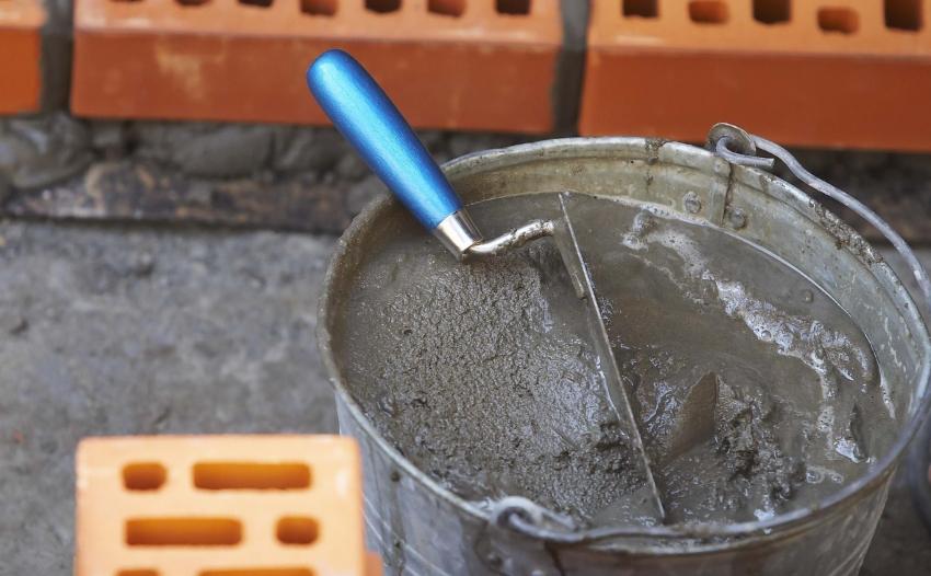При укладке глазурованного кирпича, поверхность каждого элемента необходимо смачивать