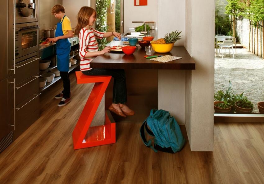 Кварцвиниловая плитка имеет достаточный уровень износостойкости, что позволяет использовать ее для помещений с высокой проходимостью
