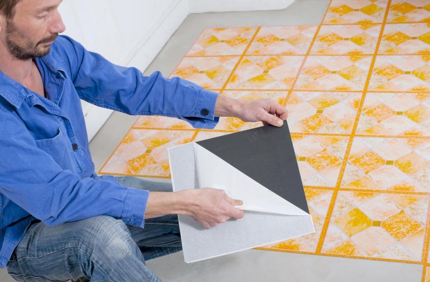 Самоклеящаяся виниловая плитка удобна в монтаже, но срок такого покрытия не слишком долгий