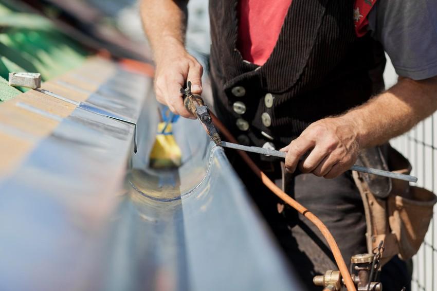 Технология монтажа водостоков включает в себя подбор системы, материала и расчетов