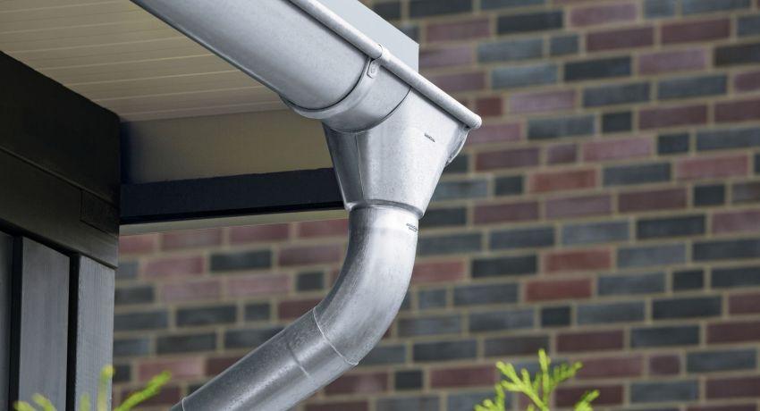 Металлические водостоки для крыши: цены, характеристики и особенности монтажа