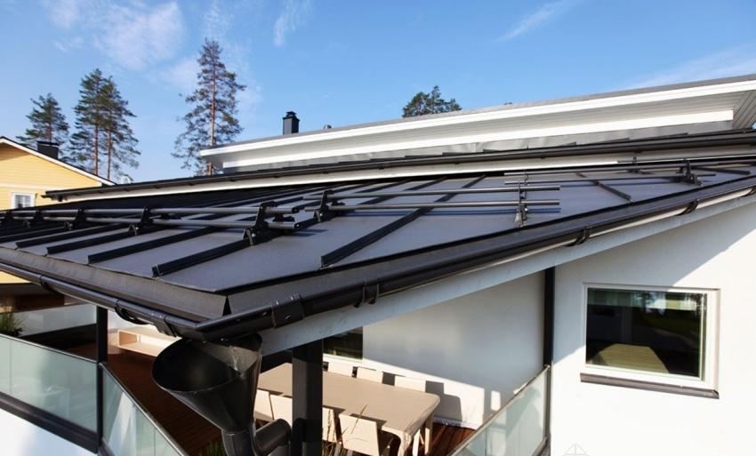 На зданиях с плоской крышей невозможно установить наружную систему водоотведения, поэтому их оборудуют сливными воронками