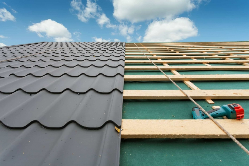 Перед выбором металлочерепицы в качестве кровли, стоит обратить внимание на угол наклона крыши