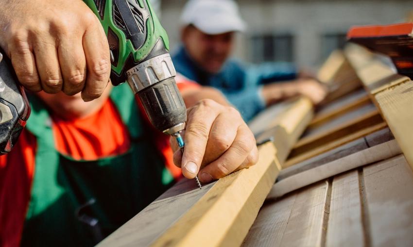 Для того чтобы покрыть крышу металлочерепицей, вначале необходимо смонтировать обрешетку
