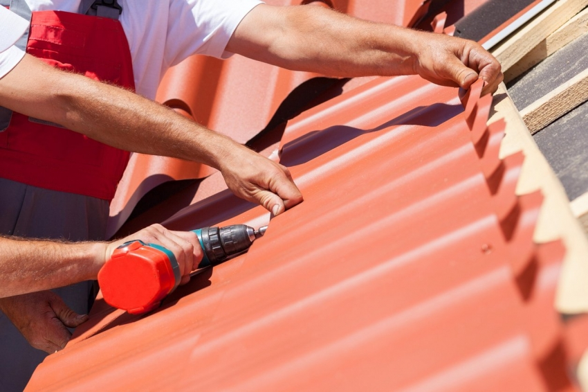 Благодаря небольшому весу, металлочерепица обеспечивает совсем небольшую нагрузку на кровлю и фундамент здания