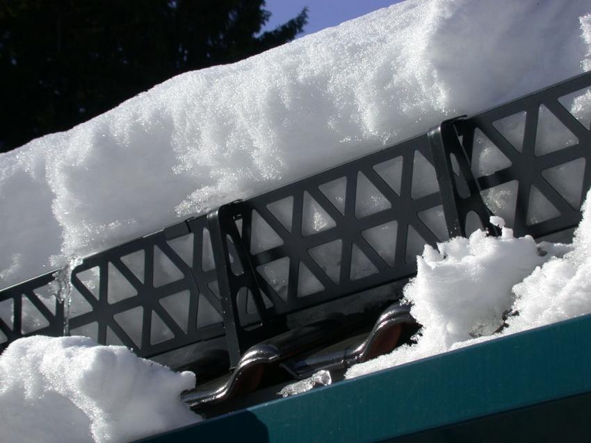 Решетчатые снегозадержатели считаются одним из лучших вариантов для кровли из металлочерепицы