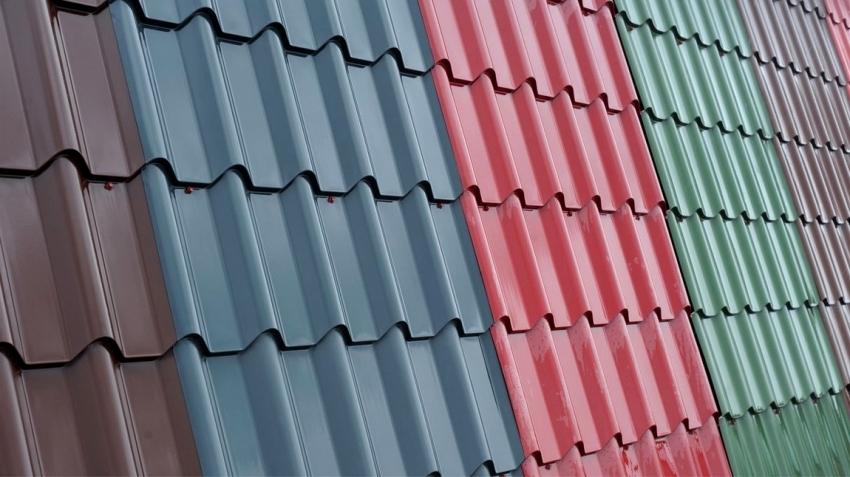 Благодаря широкому выбору цветовой гаммы металлочерепицы, можно подобрать наиболее эстетичный вариант для частного дома