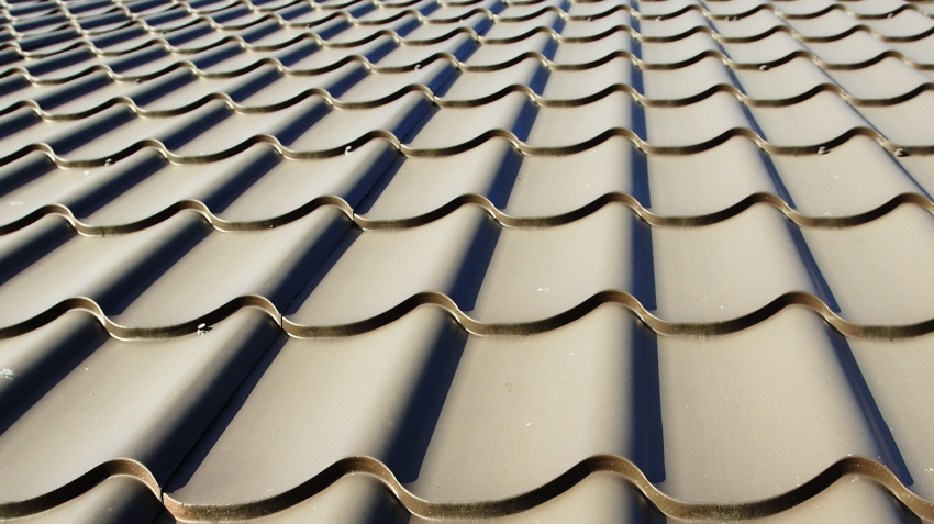 Использование металлочерепицы в качестве кровли для крыши частного дома удобно простой техникой монтажа и высокой скоростью работ