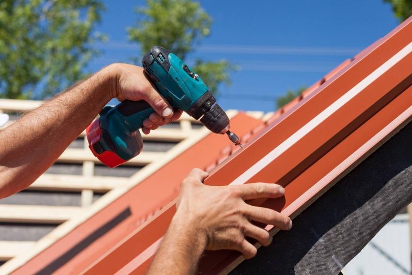 Важным этапом при отделке крыши с использованием металлочерепицы является установка всех доборных элементов, которые не только защищают покрытие, но и позволяют скрыть не эстетичные стыки и края