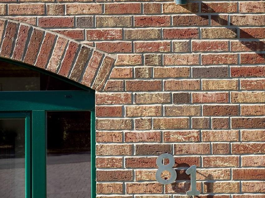 Декоративный облицовочный кирпич можно комбинировать по фактуре и цвету, получая уникальный внешний вид фасада