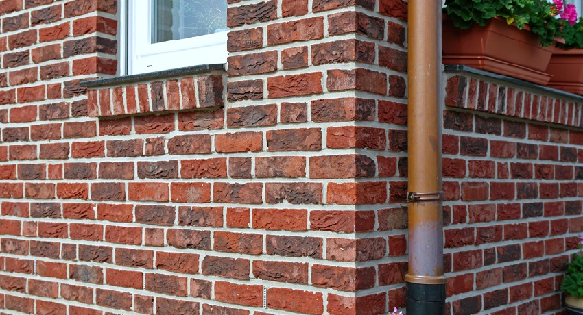 Облицовочный кирпич для фасада дома может иметь разнообразную фактуру и различаться по размеру и толщине