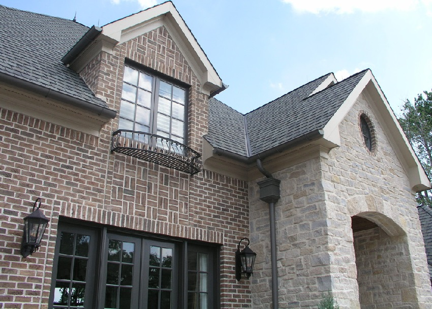 Пример удачной комбинации использования облицовочного кирпича и натурального камня для отделки фасада здания
