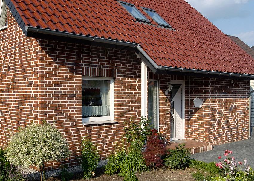 Облицовочный кирпич надежно защищает фундамент и стены здания от негативных влияний атмосферных явлений